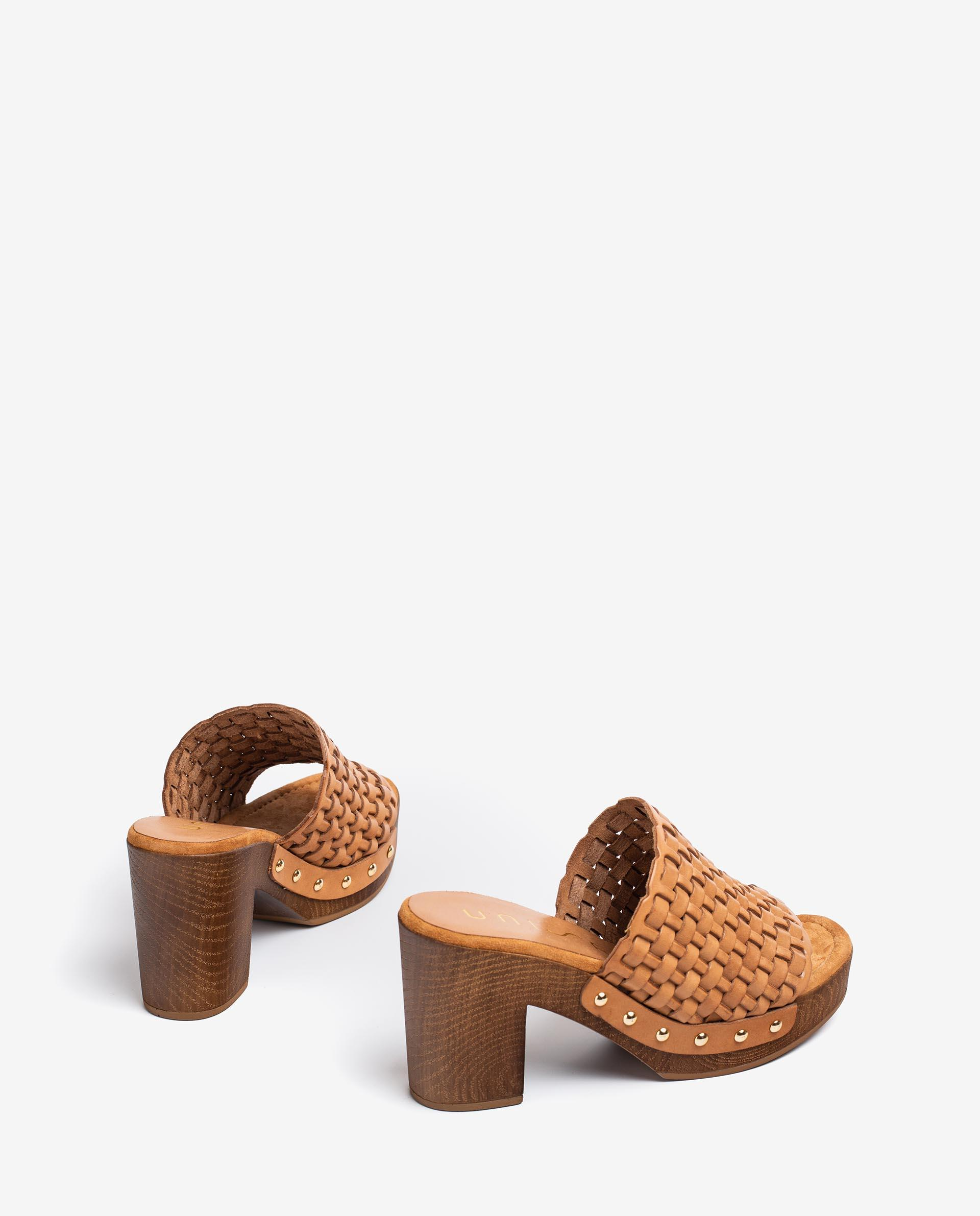 UNISA Pantoletten mit geflochtenem Oberleder und Holzabsatz. TABLE_RAN 5