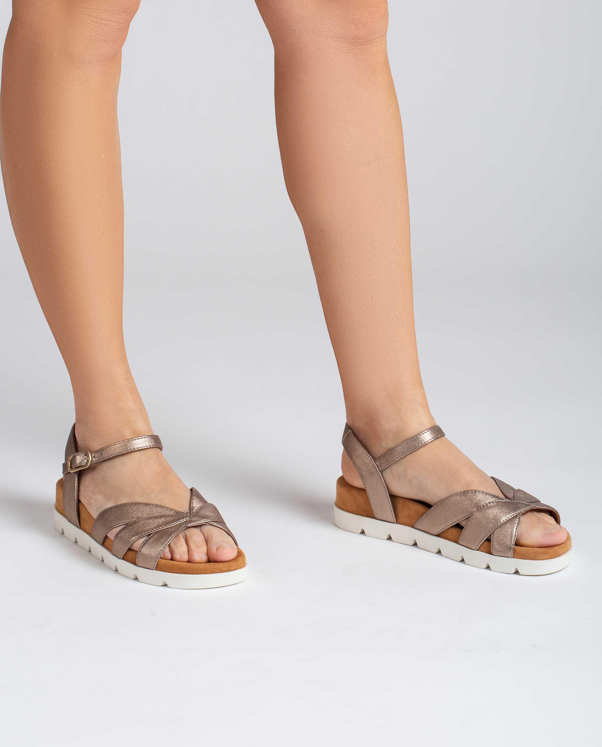 UNISA Sandalia plana en piel metalizada con piso deportivo CEDILLO_LMT