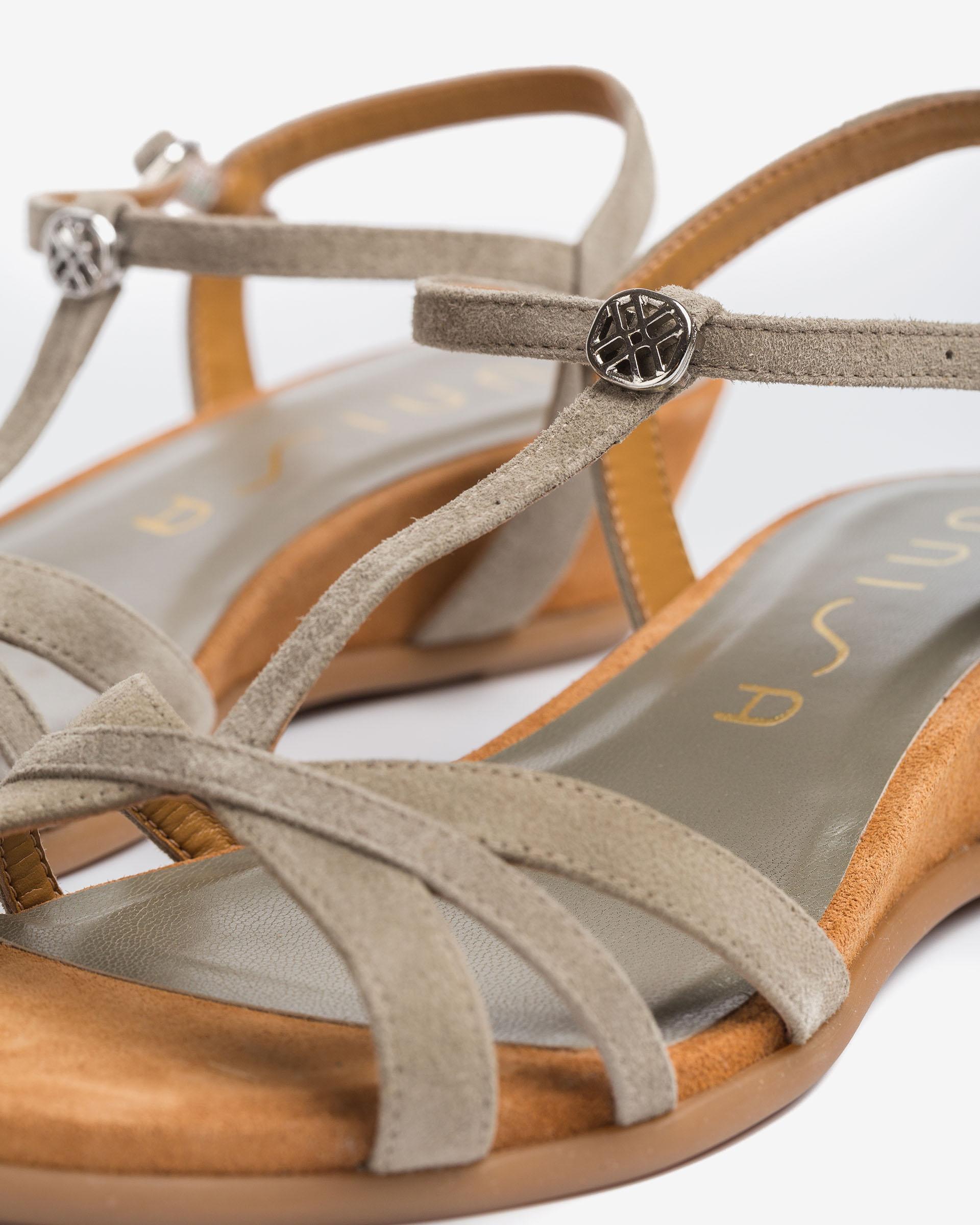 UNISA Sandalia T-strap con adorno de monograma BINAR_21_KS