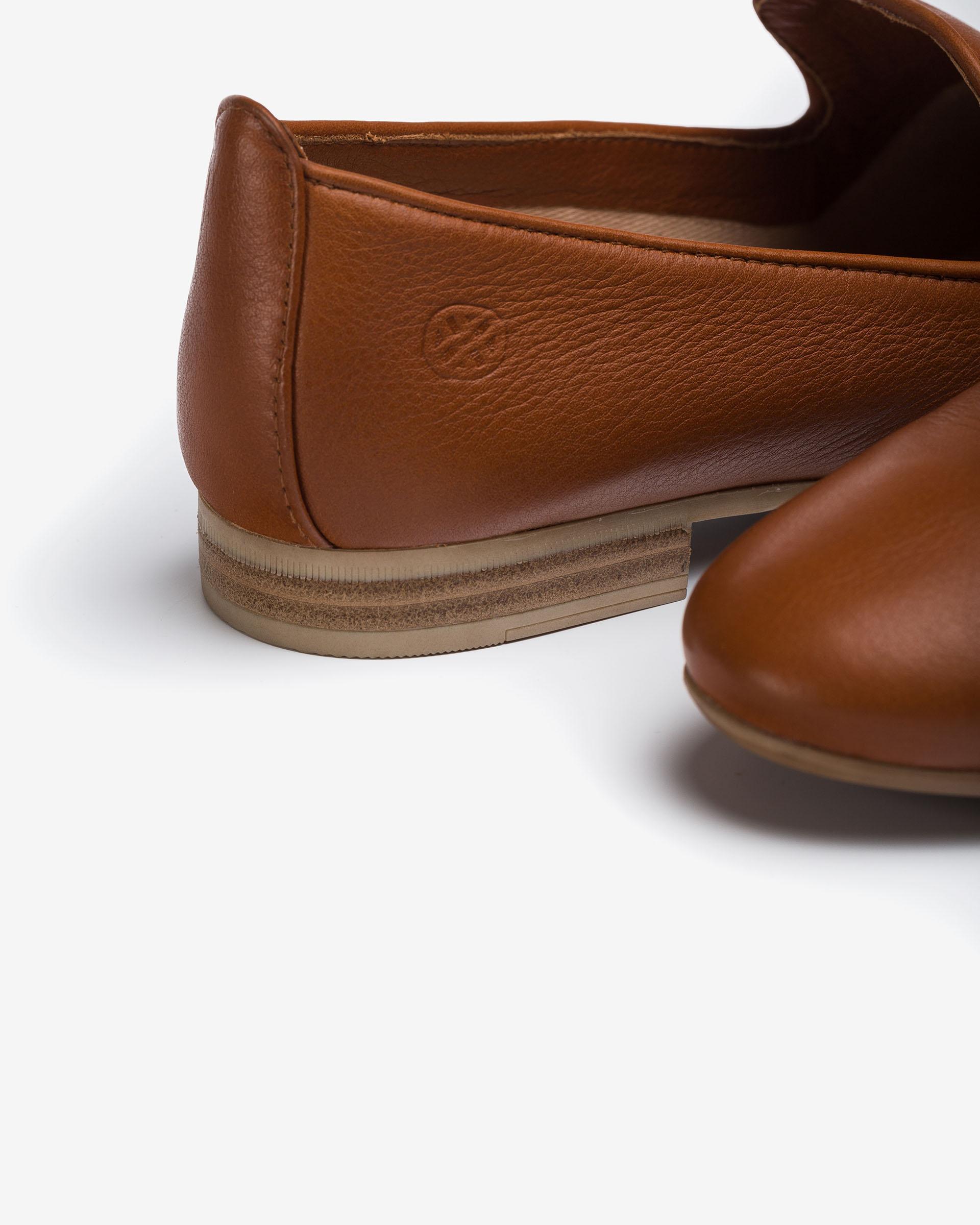 UNISA Slippers en cuir avec monogramme décoratif  DAYA_CRE 3
