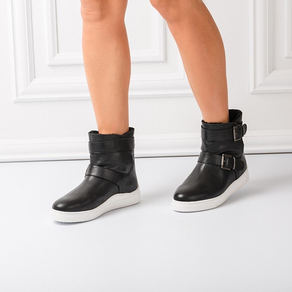 Stiefel aus Leder mit Bänder und Schnallen 39cd1829c9